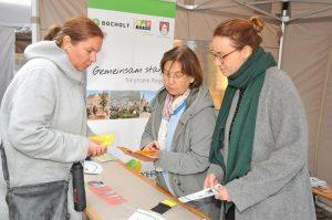 Lydia Arndt (niedergelassene Ärztin) und Romy Lauer (Stadt Bocholt) beraten eine Bürgerin bei der Impfpasskontrolle.