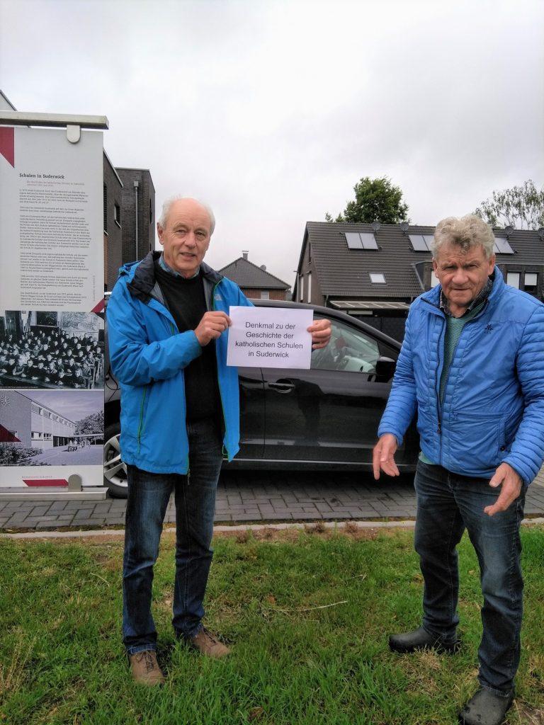 Johannes Hoven und Freek Diersen zeigen, wo das Denkmal Suderwicker Schulen stehen soll